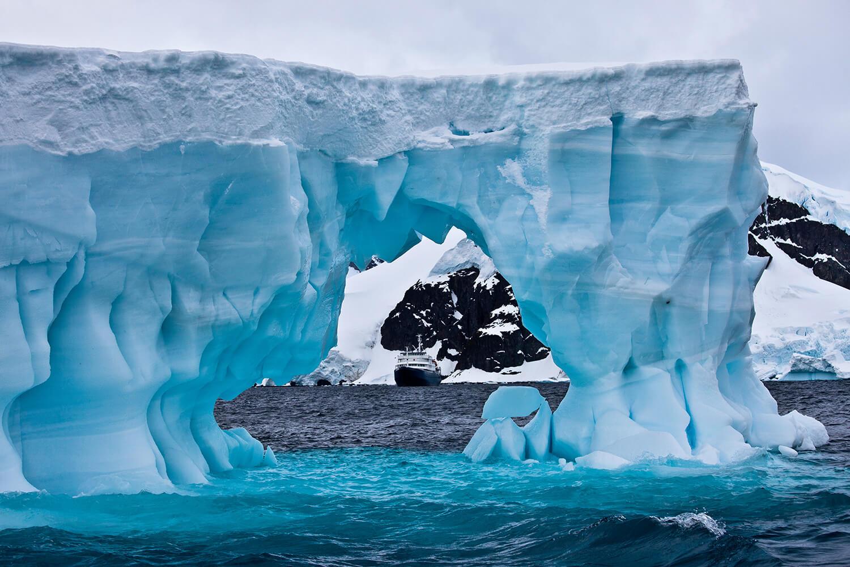 antarktyda-statek-gora-lodowa